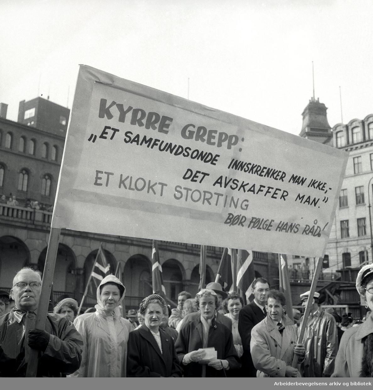 Dagen for folkeedruskap på Youngstorget, mai 1955. Avholdsorganisasjonens demonstrasjonstog. Parole: Kyrre Grepp: Et samfunnsonde innskrenker man ikke, det avskaffer man.