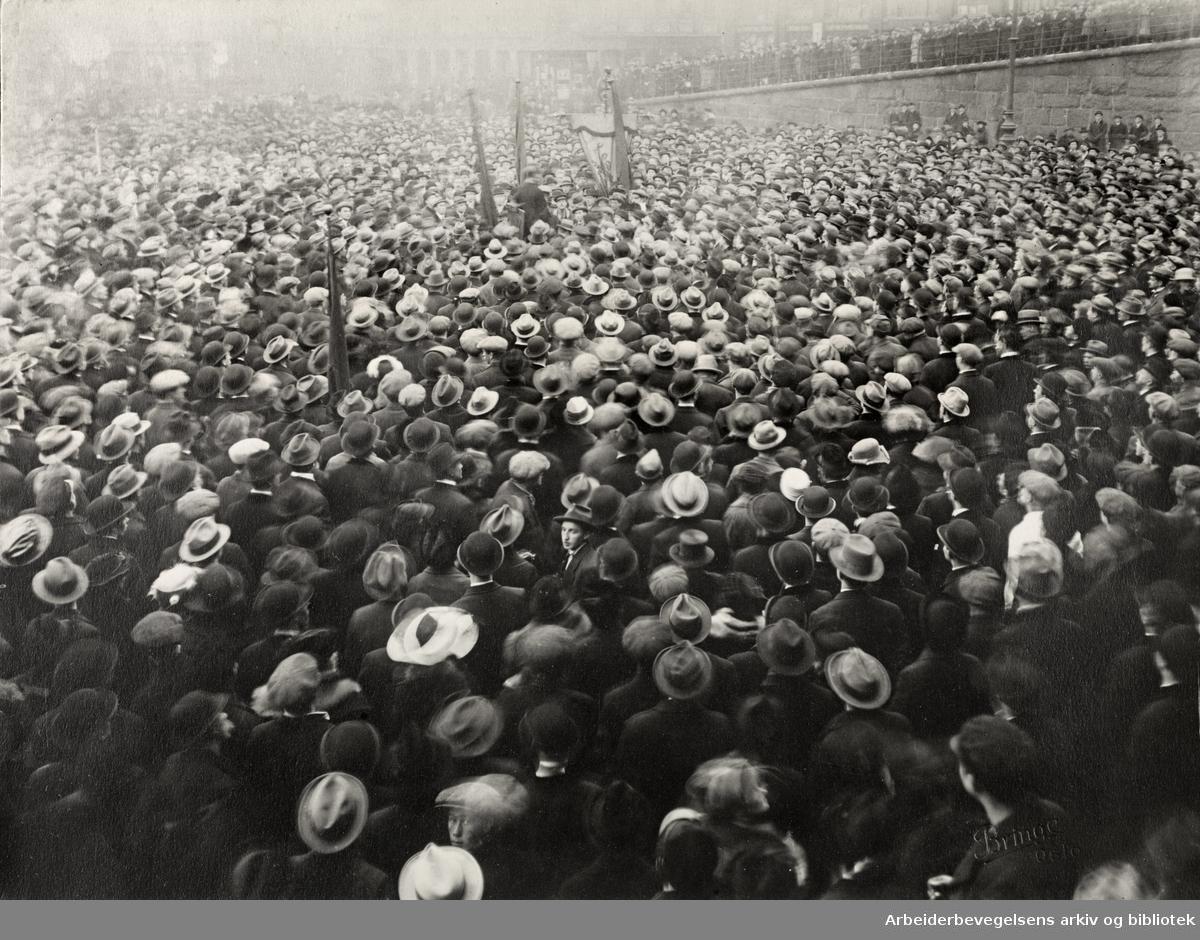 Martin Tranmæl taler på Youngstorget under jernbanestreiken i 1920. Massemøte på Youngstorget etter den store demonstrasjonen lørdag 4. desember 1920.