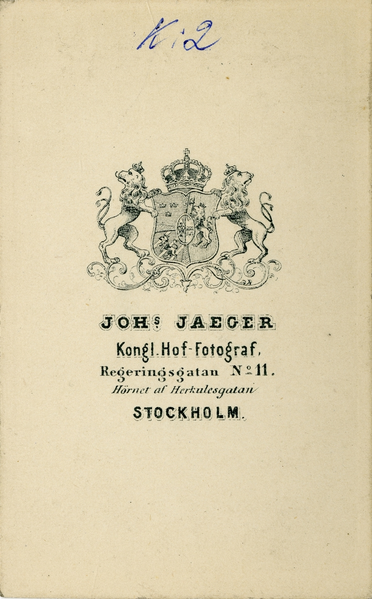 Porträtt av Axel Walter Gabriel Spens, underlöjtnant vid Livregementets dragonkår K 2.  Se även bild AMA.0013872.