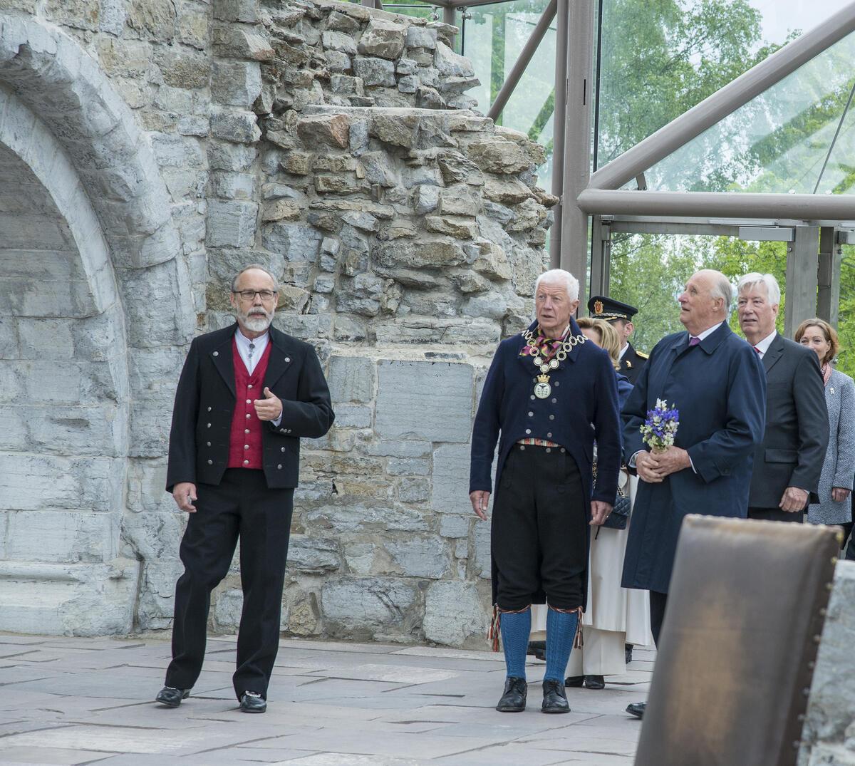Kongeparet vises inn i Hamardomen.
