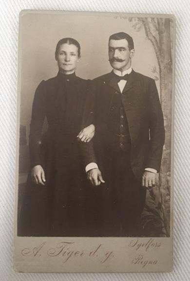 Visitskortsfotografi med signaturen Anders Tiger d.y. finns från Igelfors, Regna i Östergötland.