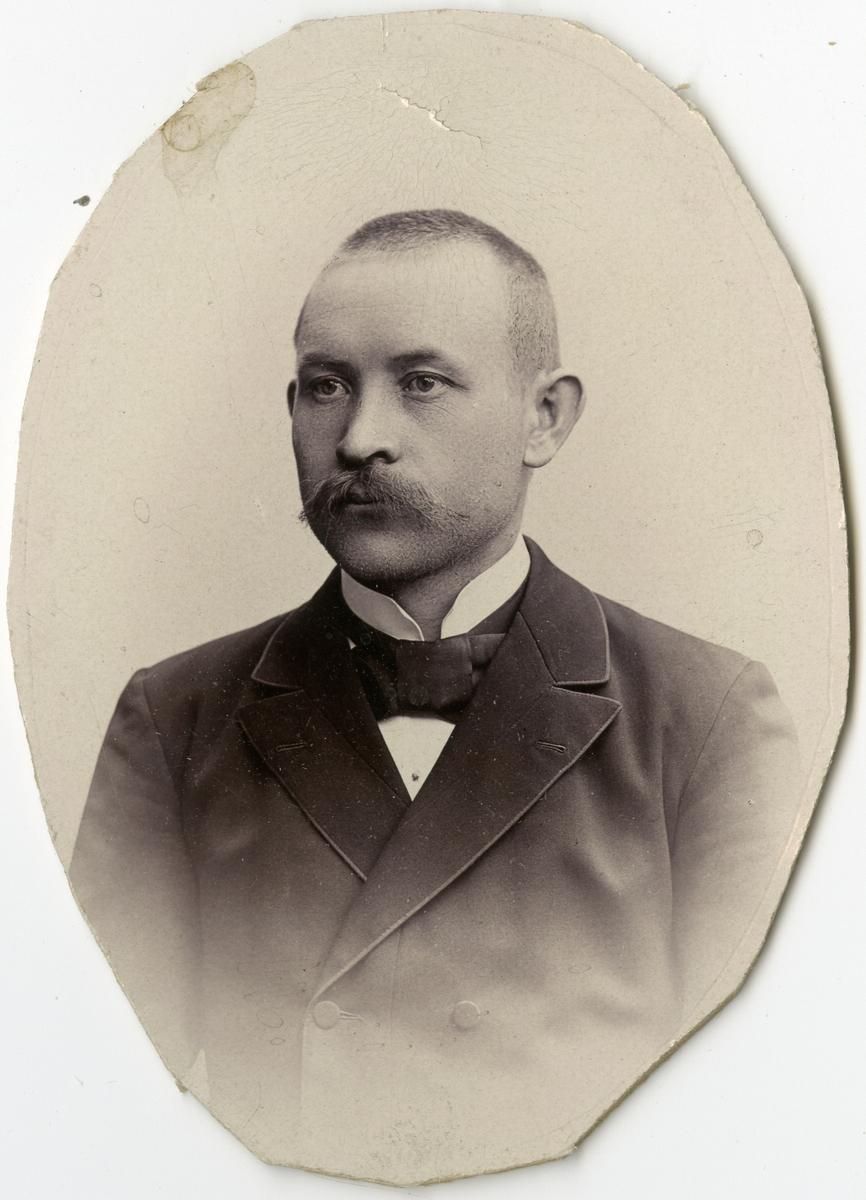 Porträtt av O. Olin vid Stockholms Tyg-, ammunitions- och gevärsförråd.