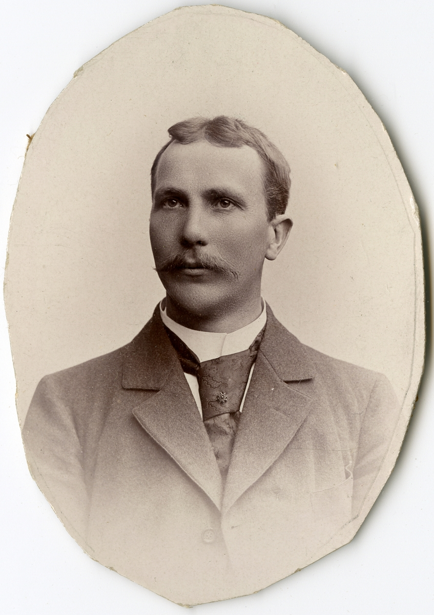 Porträtt av R. Berg vid Stockholms Tyg-, ammunitions- och gevärsförråd.