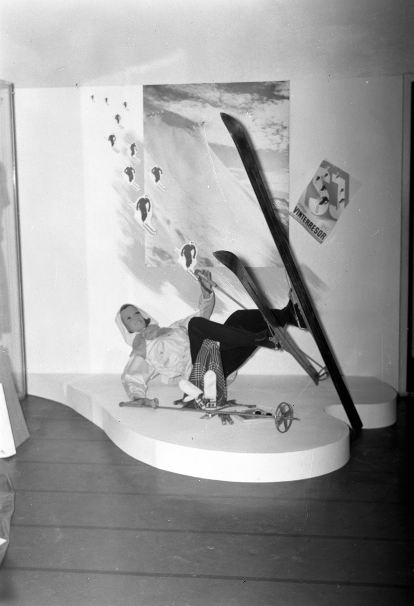 Konsum Alfas Varuhus. Vintersportutställning med SJ. Januari 1945
