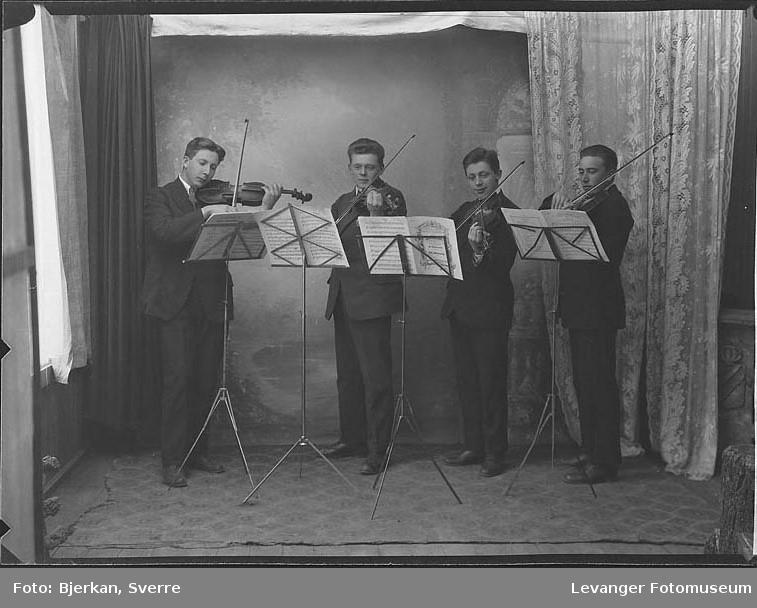 Musikere, fire unge menn spiller fiolin. en av dem har etternavnet Hofjord fornavn ukjent