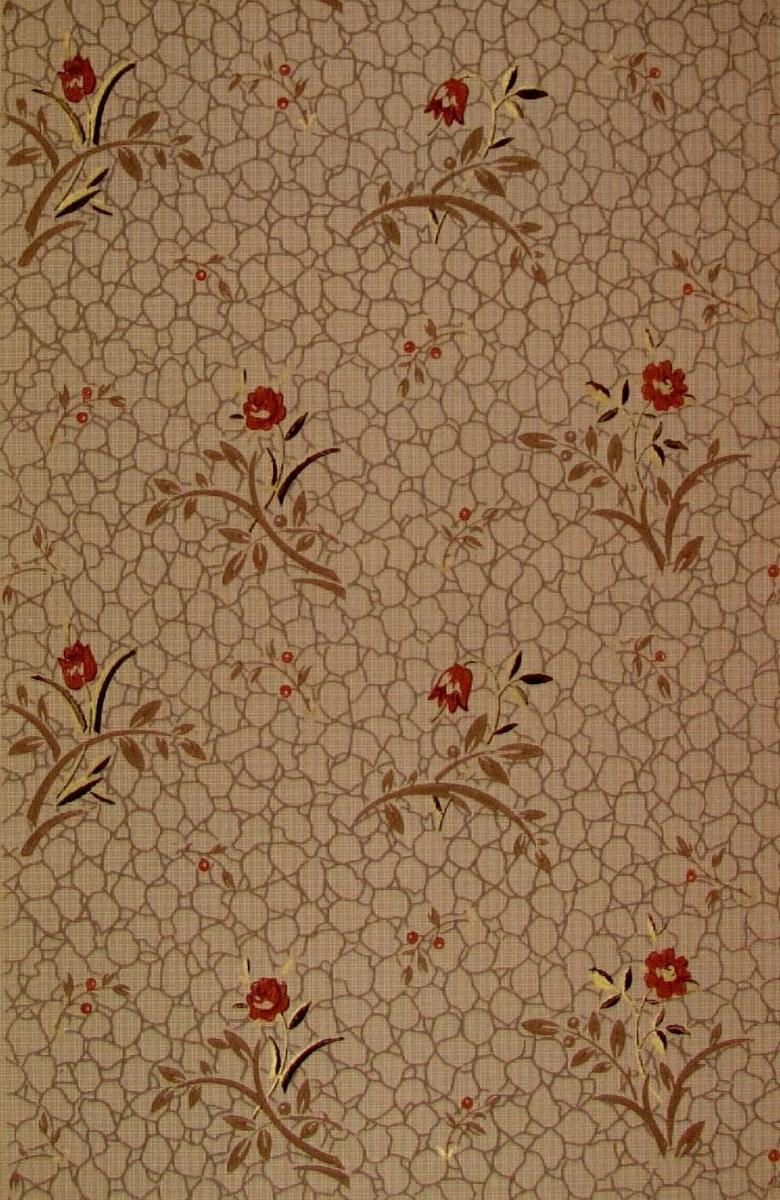 En strängt stiliserad blomma i diagonalupprepning över ett textilimiterande mönster. Tryck i guld, svart, rostbrunt, brunt och ljusgrått. Ljusgrått genomfärgat papper.