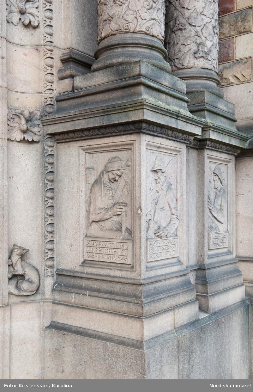 Nordiska museets port och dess detaljer, huggna i sten