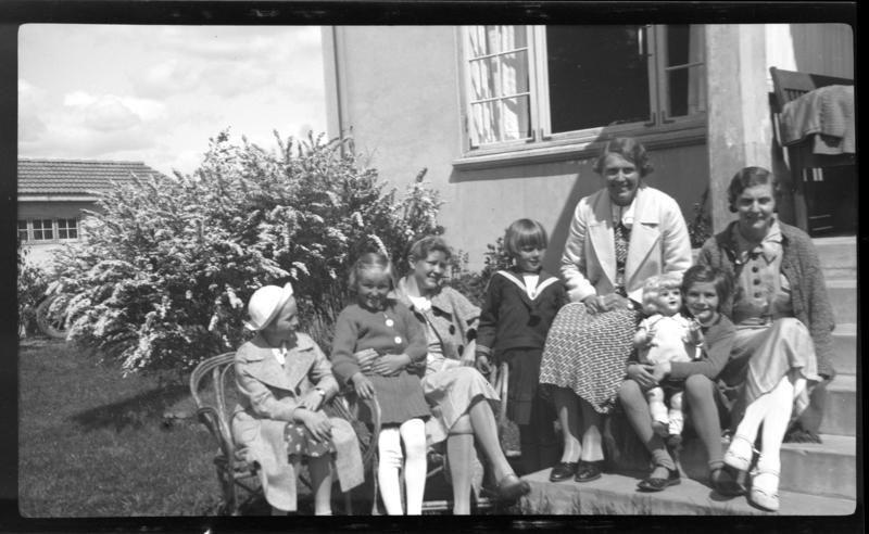 Familie på trapp foran hus