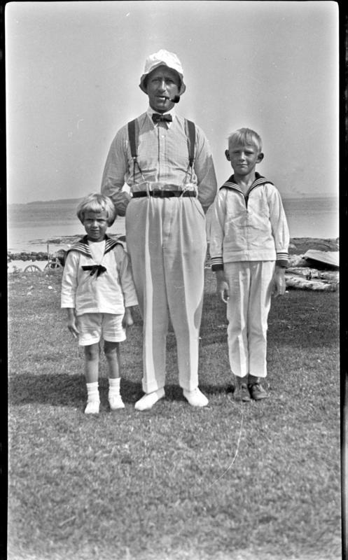 Mann med pipe og barn i matrosklær