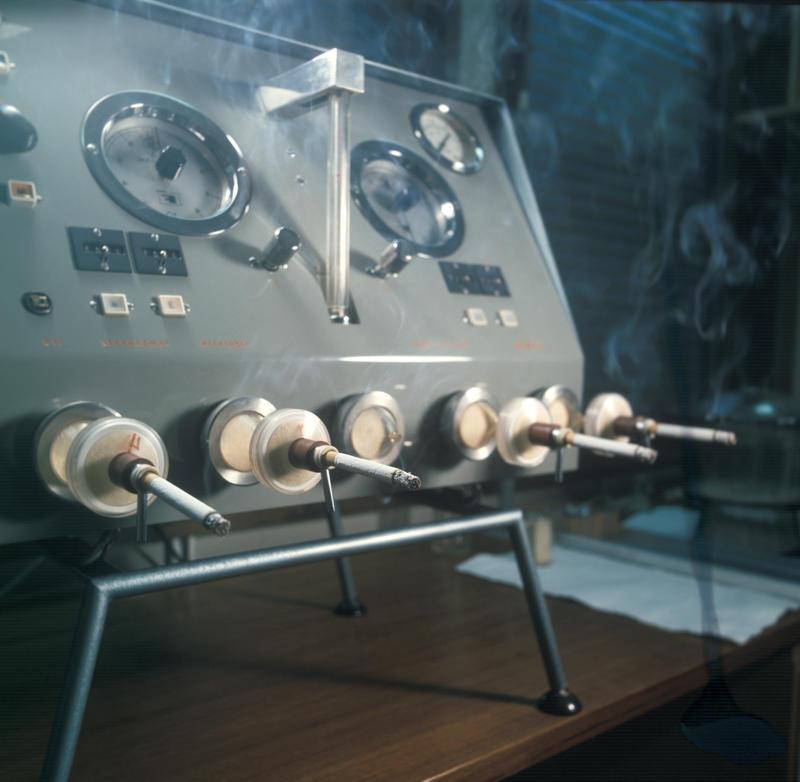 Røykemaskin fra ca 1962. Tiedemanns første røykemaskin som kunne teste innhold av tjære og nikotin i sigaretter.