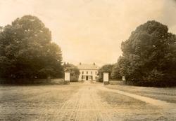 Mangården rakt från öster.  Ottenby kungsgård är en herrgå