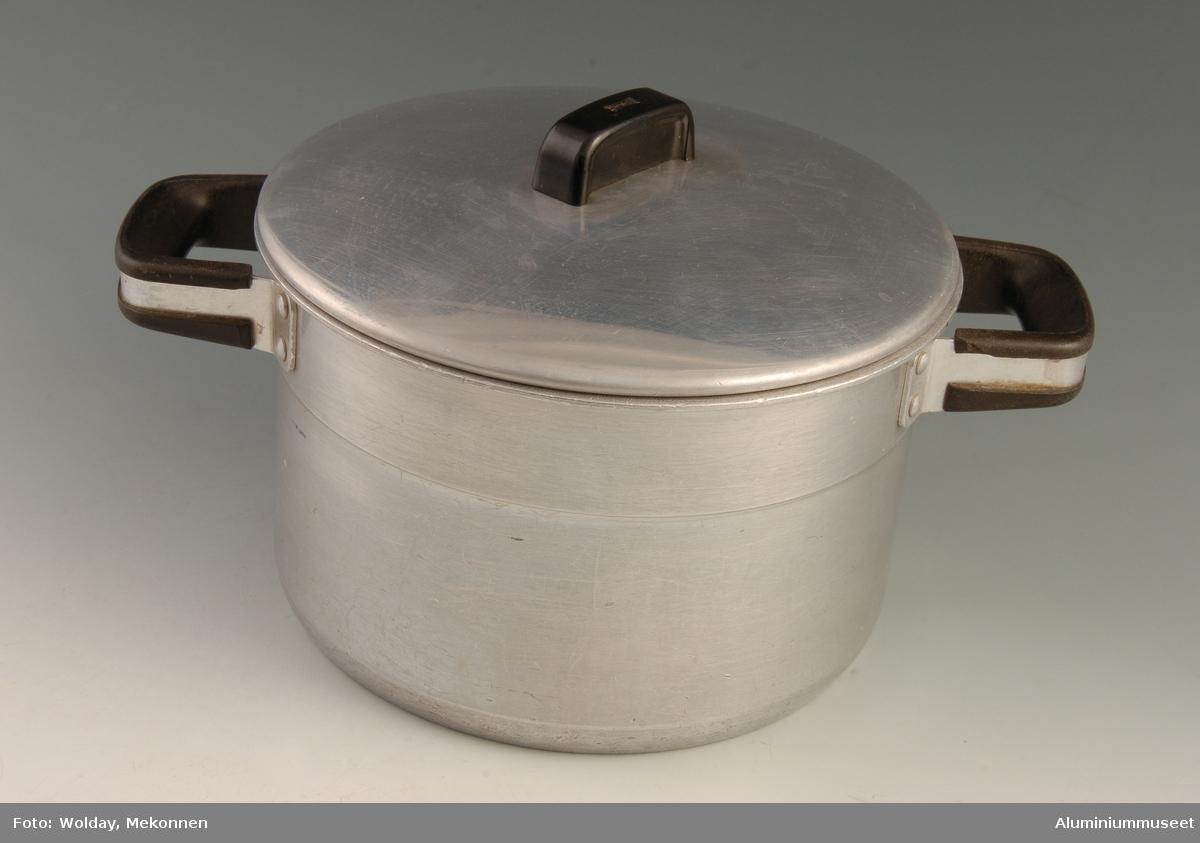 Teknikk: En 7 mm tykk rondell er i trykkbenk, gjennom flere trekk og planering, trykket opp til ferdig kasserolle.Se bilde nr. 10.  Hellekanten er omlagt og skjegget i eksenterpresse. Kasserollen er automatpolert utvendig og smerglet innvendig. Håndtakene er påklinket. Form: Sylindrisk