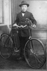 Studioportrett av gutt med sykkel.