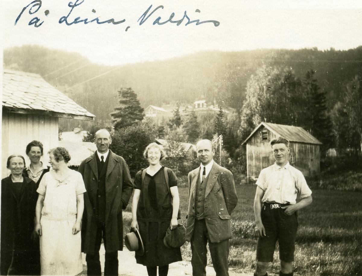 Ei gruppe på besøk på Leira, Valdres.