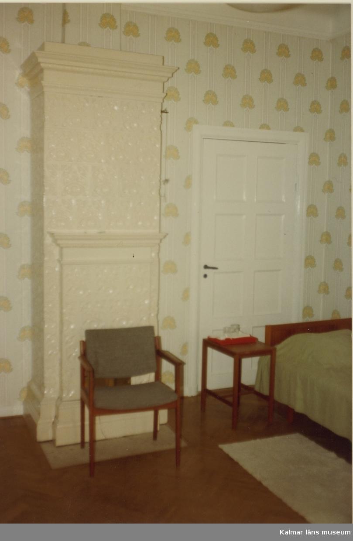 Rum nr 1, 1 trappa.  Svensknabben bebyggdes under 1880-talet av Leonard Jeansson och ärvdes sedan av konsul John Jeansson som 1901-1902 lät uppföra den stora putsade byggnad som ännu står. Svensknabben bebyggdes under 1880-talet av Leonard Jeansson och ärvdes sedan av konsul John Jeansson som 1901-1902 lät uppföra den stora putsade byggnad som ännu står. Fastigheten såldes 1962 till Kalmar kommun som använde huvudbyggnaden till privata fester. 1984 såldes fastigheten till Capitex som kontoriserade husen. Idag inrymmer de ett flertal tjänsteföretag.