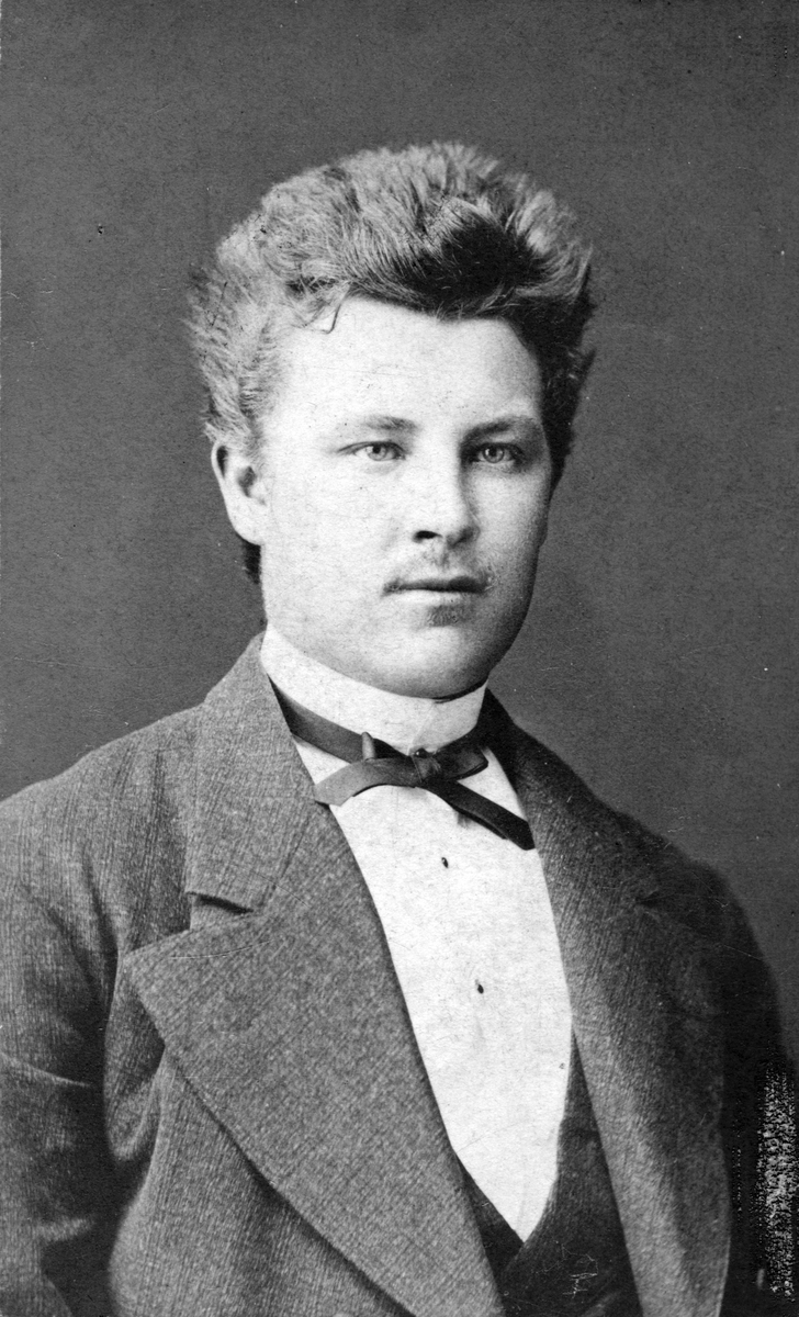 Henning Lindgren, 1870-tal.Bl.a. red. Sekr. på Köpings Posten.