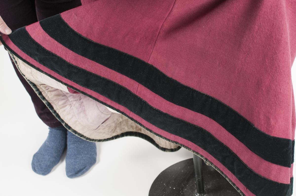 Stakk i raudrosa kypert vove ulltøy. (Høyrer til liv VFF 06718) Stakken er satt saman av  6 skrådde høgder. Rynka i livet midt bak (12 cm), resten er glatt. Opning midt bak med ei hekte. To hemper til å hekte liv og stakk i saman. Smal påsydd linning i same tøyet. Nede på stakken to bordar med svart fløyel, og også fløyelskant i nedrekanten. Skonert med lerret på innsida. (20 cm). Maskinsydd for det meste, overkasting for hand.