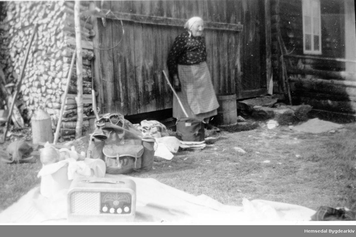 Liheim, 89.4, i Lio i Hemsedal sist på 1950-talet. Guri Liheim (1873-1960) og ikonet Kurer-reiseradio, varemerket til Radionette på 1950-talet-