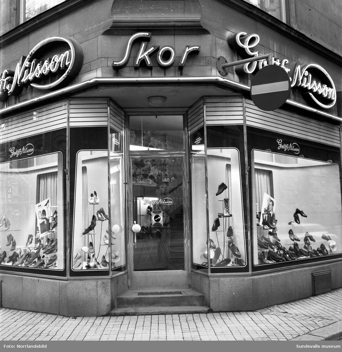 Skyltfönster och entré hos Gottfrid Nilssons skoaffär på Storgatan.