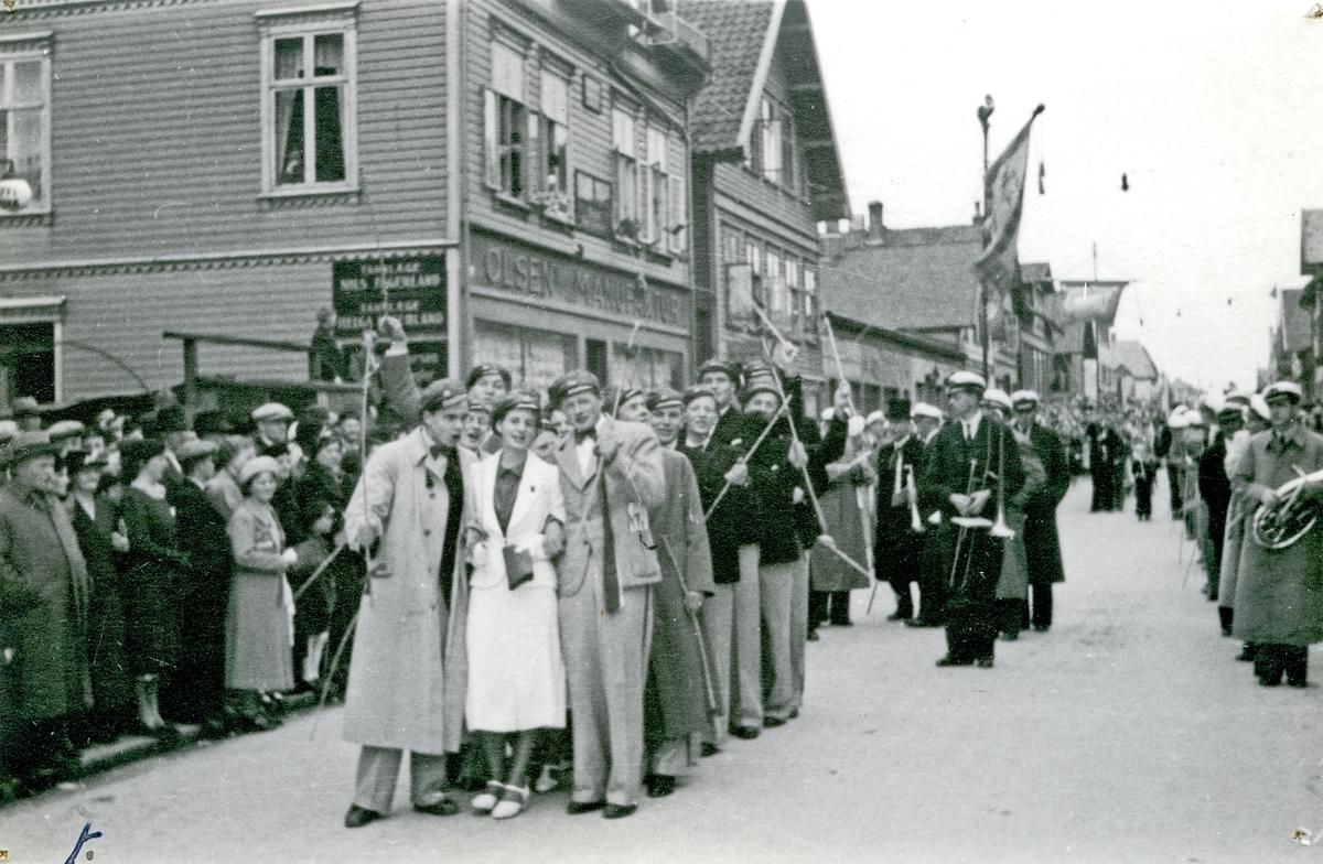 17. mai. tog i Haraldsgt. ved Olsens Manifaktur. Russ i forkant - korps bak.. Hull etter stifter i hjørnene.