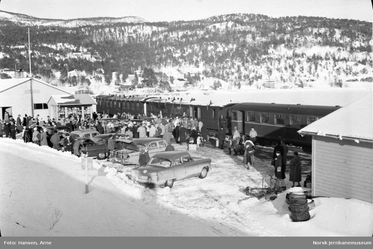 Finneid stasjon med mange reisende og ankommet motorvogntog, motorvogn SULITELMA og personvognene nr