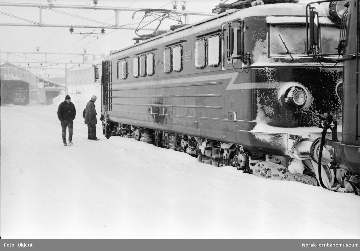 Elektrisk lokomotiv El 13 2130 - prøve med underliggende frontplog og strierammer på Bergensbanen