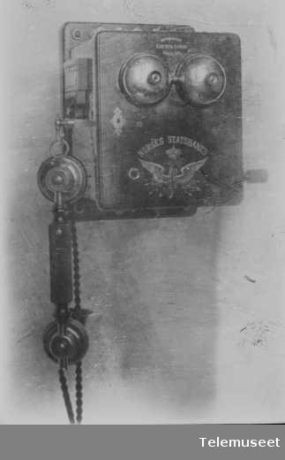 Telefon, magneto veggapparat i tre, 12.2.13. For Norges Statsbaner. Elektrisk Bureau.