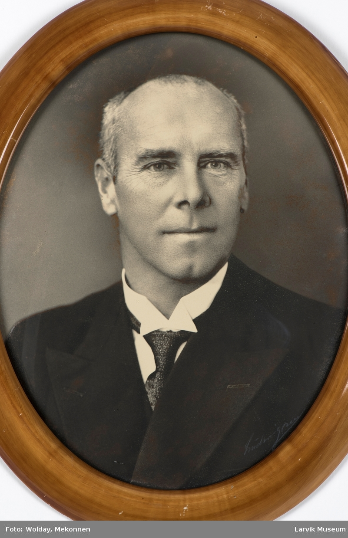 Bjarne Storaker, født 8. oktober 1882 - død ?. Tollkasserer i Larvik 1. juni 1927 - 1937/1938.