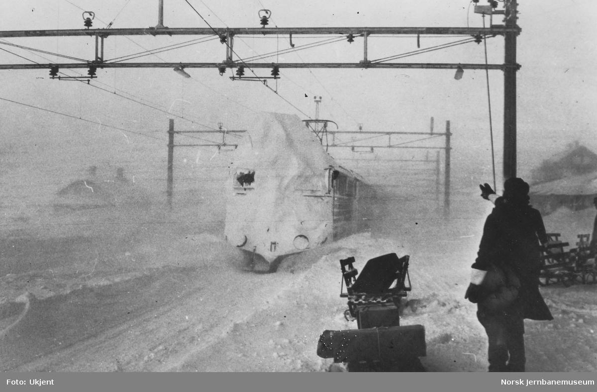 Elektriske lokomotiv El 13 2153 i godstog 5532 på Ustaoset stasjon - mye snø
