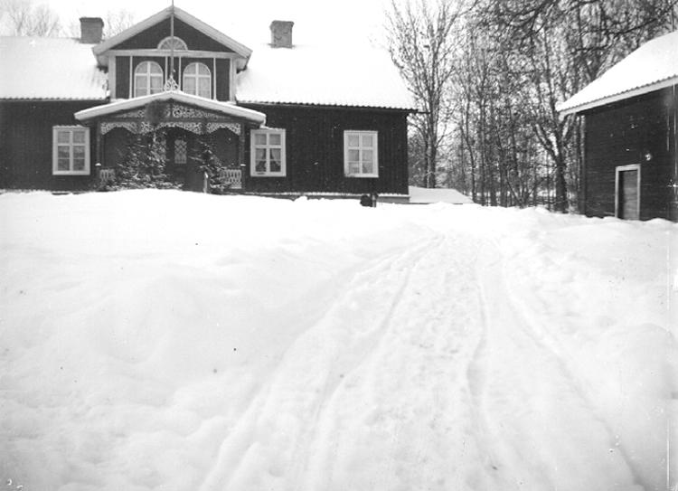 Bildtext: Varvs socken. Vartofta härad. Västergötland. Varvs prästgård.  Foto: Sven Lampa c:a 1905.