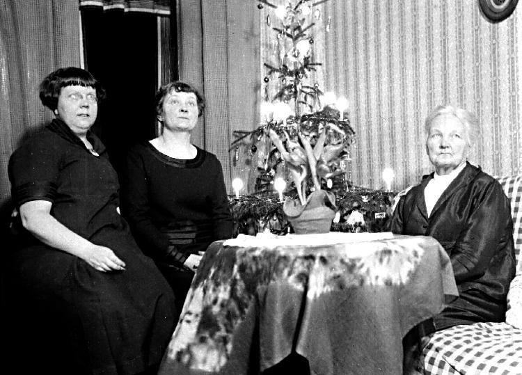 Karin Bäckström f. 1880 drev fotoateljé på Vasagatan 5 i Töreboda. Hon tog över den av sin far Thure Bäckström, som hade etablerat firman 1886, och hon drev den mellan 1896-1916.Karin Bäckström gifte sig år 1917 med John Knape.