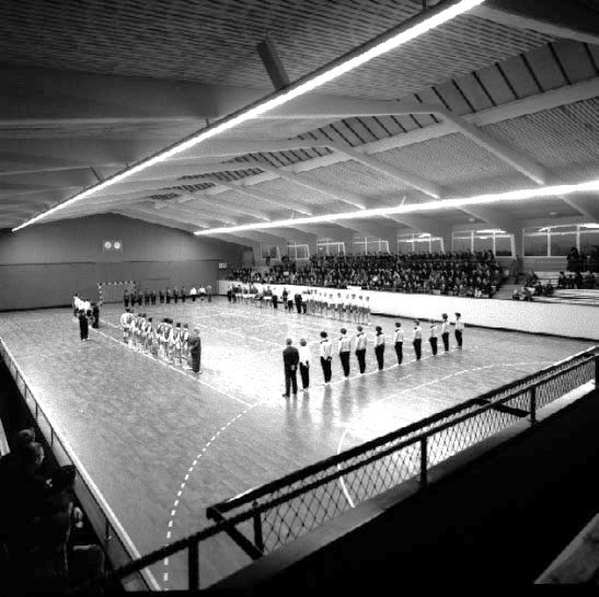 Skara. Handbollslag i idrottshallen (1955?).