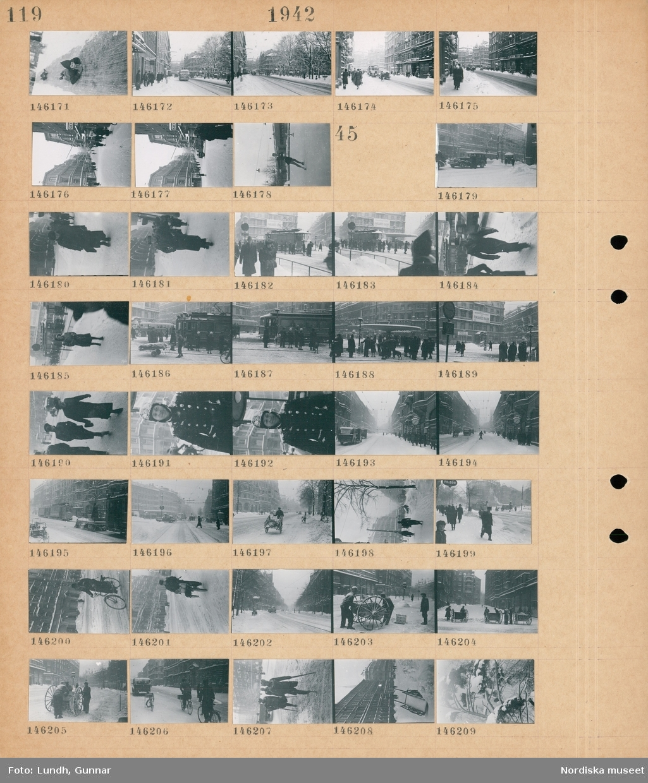 Motiv: (ingen anteckning) ; Barn åker på magen i en backe, stadsv med fotgängare och bilar, en person åker skridskor.  Motiv: (ingen anteckning) ; Snötäckt stadsvy med fotgängare - bilar - cyklister och spårvagn,