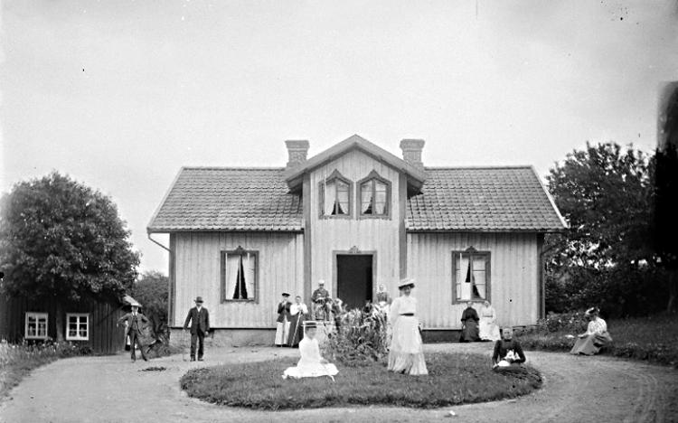 Bildtext: Norra Lundby socken. Valle härad. Västergötland. Tomten augusti 1905.