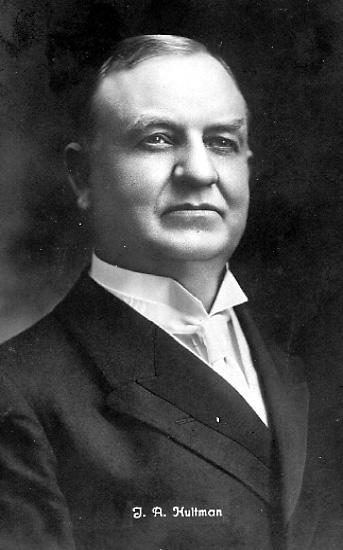 """Skräddarmästare Carl G. Petterssons samling, Törestorp, Daretorp. Fotona är från slutet av 1800-talet till början av 1900-talet.Hultman, Johannes Alfred, 1861-1942, predikant och sångare. H.utvandrade som barn till USA, där han från 1879 var verksam som predikant. Mellan 1906 och 1939 gjorde han resor till Sverige och fick ett enormt genomslag med sina sångstunder, där sång och förkunnelse varvades på ett lättsamt sätt. Han blev känd som """"solskenssångaren"""", och hans Solskenssånger utgavs i häften 1910-39. H.skrev bl.a. melodin till August Storms text """"Tack, o Gud, för vad som varit"""". Han gjorde ca 180 grammofoninsjungningar.http://www.ne.se/jsp/search/article.jsp?i_art_id=206045"""