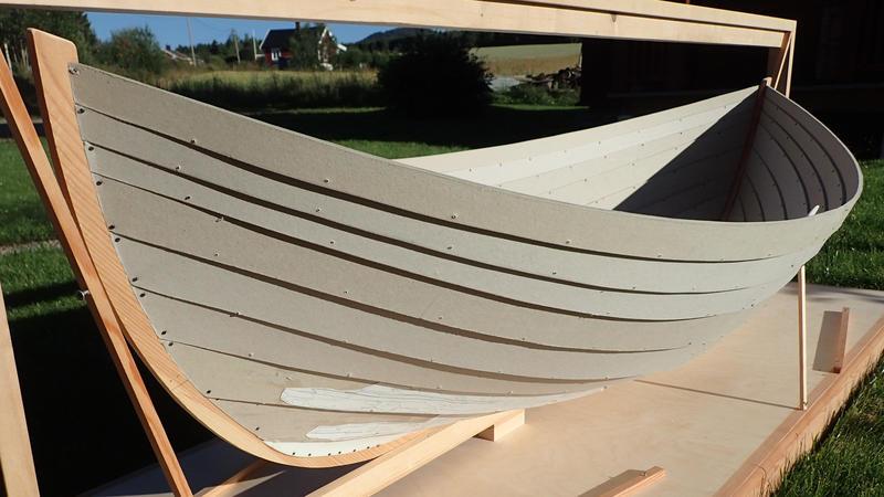 Før den rekonstrueres i full størrelse har båtbygger Lars Stålegård bygd en pappmodell av båten.