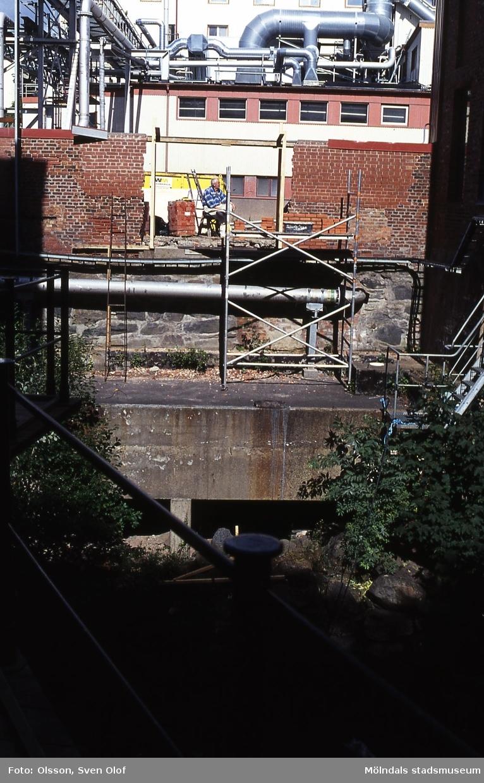 """Muren till den kommande bron har öppnats på """"SOAB:s"""" område. Mölndal i augusti 2001. Kv 41:7."""