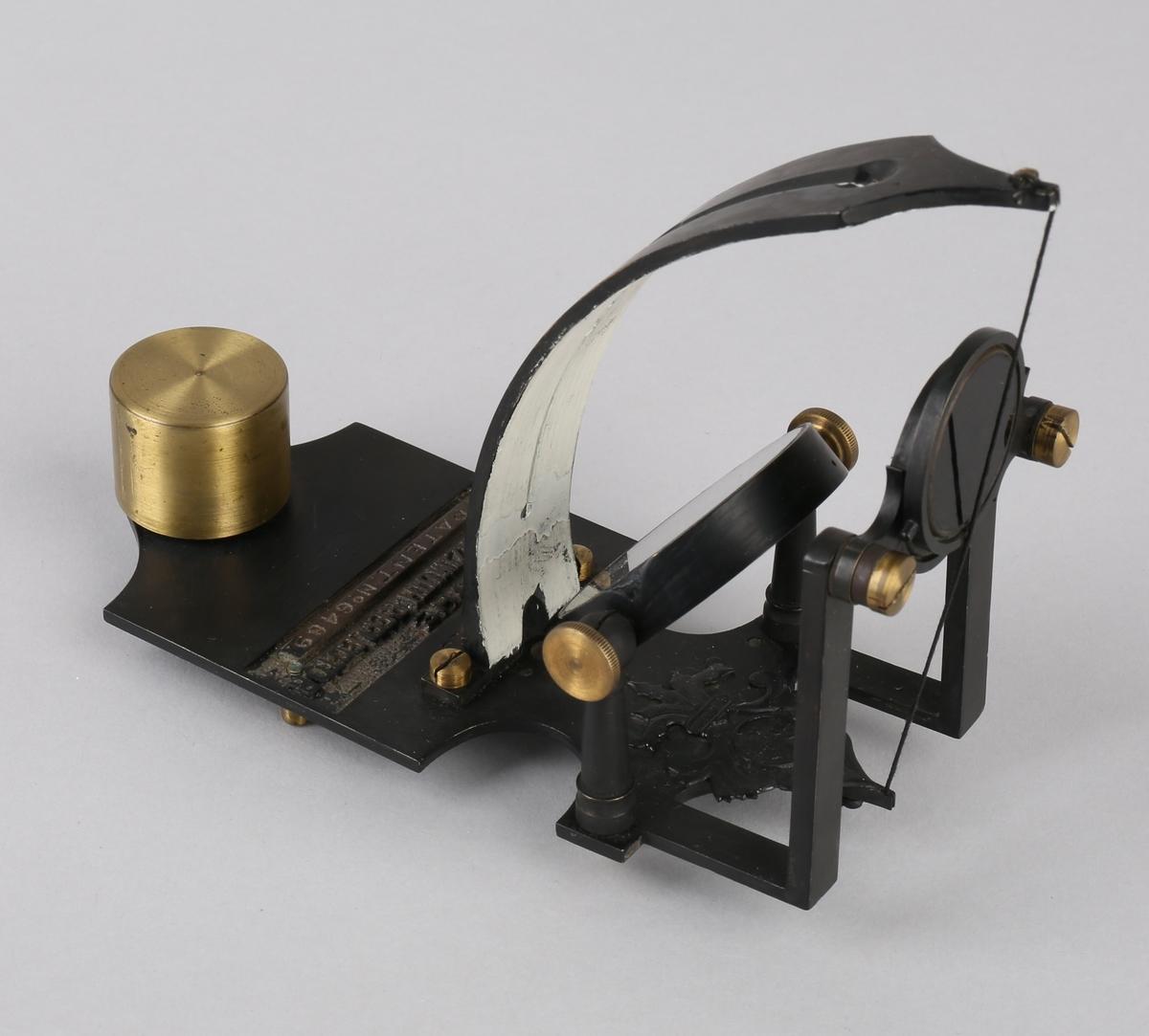 Azimuth-speil. Kurs-korrektor med speil, bue med streng, samt runde skiver med rød og grønn farge. Til å sette på kompass for korrigering.