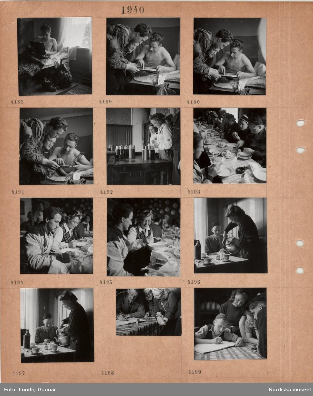 Motiv: Man ligger i en säng, tittar på en karta, kängor och ryggsäck på golvet, män i fritidskläder, kvinnor i fritidskläder fyller på termosar, män och kvinnor i fritidskläder äter frukost vid ett långt bord, kvinna häller upp kaffe, en man skriver i en liggare.