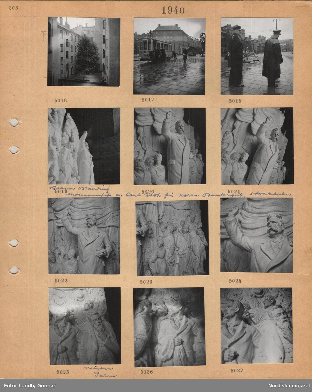 Motiv: Innergård med högt träd mellan höga bostadshus, spårvagn dras av flera män, fotgängare med paraply, konduktör i uniform med väska, man i regnkläder, gipsskiss till Hjalmar Branting-monumentet av Carl Eldh på Norra Bantorget, olika detaljer, bl a mäster Palm.