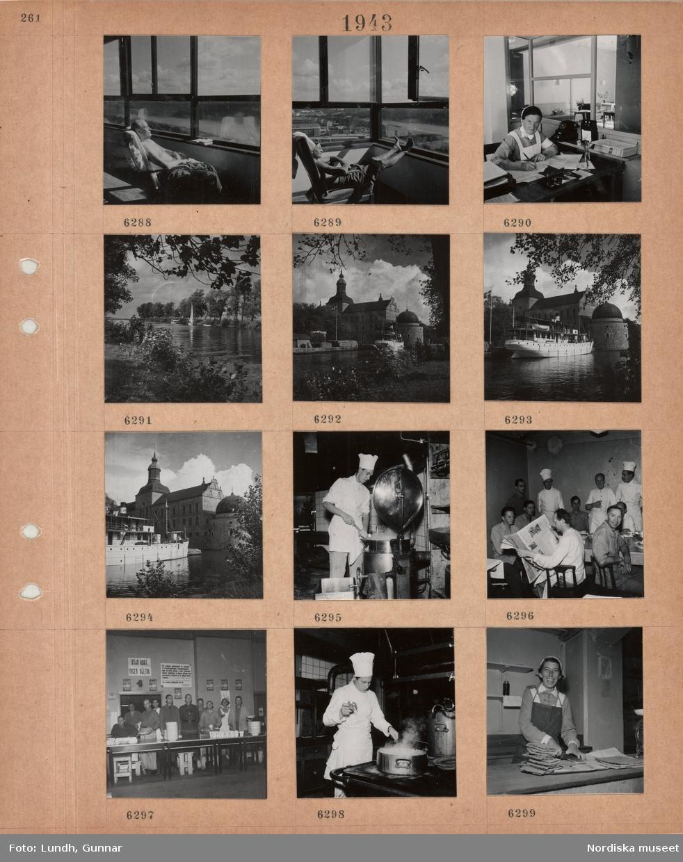 """Motiv: En man sitter med bar överkropp i solen vid ett stort öppet fönster, kvinna i sköterskeuniform sitter vid ett skrivbord och skriver, mottagningsexpedition, väntrum bakom glasvägg, vattendrag med förtöjda segelbåtar, träd, stor byggnad med torn, Vadstena slott, vattendrag, passagerarbåt, en man i kockkläder arbetar i storkök, män sitter runt ett bord efter avslutad måltid, män i kockkläder står, en man läser tidning, flera män och en kvinna uppställda bakom bord med tallrikar och muggar, skylt """"UTAN KORT INGEN MÅLTID"""" samt information från Arméförvaltningen, man i kockkläder kokar kräftor i storkök, kvinna i lottauniform(?) skär upp knäckebröd vid en disk."""