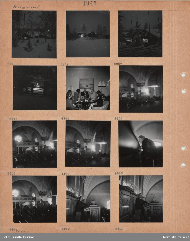 Motiv: Dalarna, timmerstuga i snö, gårdsbebyggelse i snö, julgran med tänd belysning, trägärdsgård med grind, kvinnor och en man i soffgrupp, interiör kyrka, präst i predikstol, spridda besökare, en man sitter i en kyrkbänk, kantor spelar orgel.
