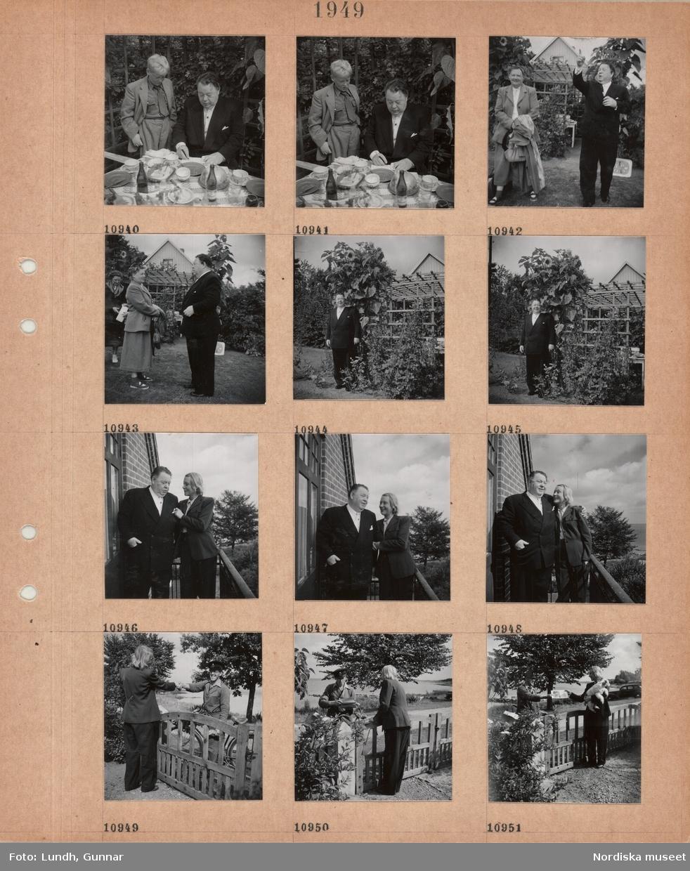 Motiv: Hos Edward och Mina Persson, Skeppargården, Skälderviken, en pojke i kostym står bredvid Edward Persson som skriver autograf(?) vid matbord, kvinnlig gäst och Eward Persson i trädgården, Edward Persson står vid pergola med höga solrosor, Edward, i kostym och Mina, i byxdräkt, Persson står framför sitt hus, Mina Persson vid grinden hälsar på brevbäraren på cykel, tar emot posten med hund i famnen.