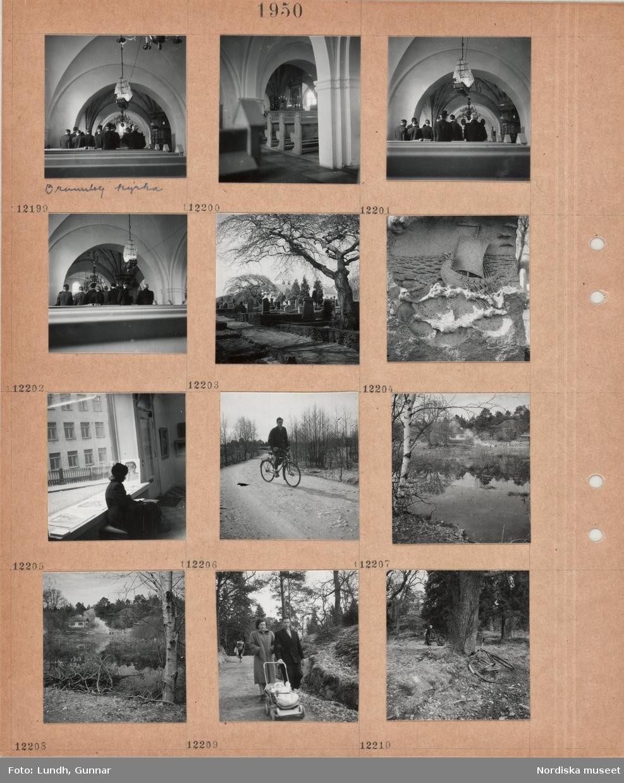 Motiv: Interiör Brunnby kyrka, besökare står i bänkar, votivskepp, takvalv, pelare, präst i skrud vid altaret, kyrkogård med gravstenar, låga häckar, stenrelief med vikingaskepp, en kvinna sitter vid ett stort fönster i ett konstgalleri(?), tavlor på väggarna och i fönstret, en man cyklar på en grusväg, sankmark vid område med mindre hus, några personer eldar, en kvinna och en man med litet barn i barnvagn på gångväg i skogsområde, två personer vid en upp och nervänd cykel i skogsområde.