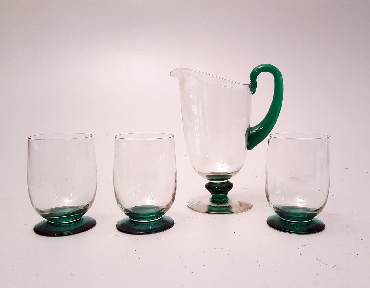 """Sett med ei mugge og 6 glas. Både glas og mugger har stett. Grøne stett og hank. """"Kropp"""" er heilt lys grønt, nærast gjennomskineleg."""