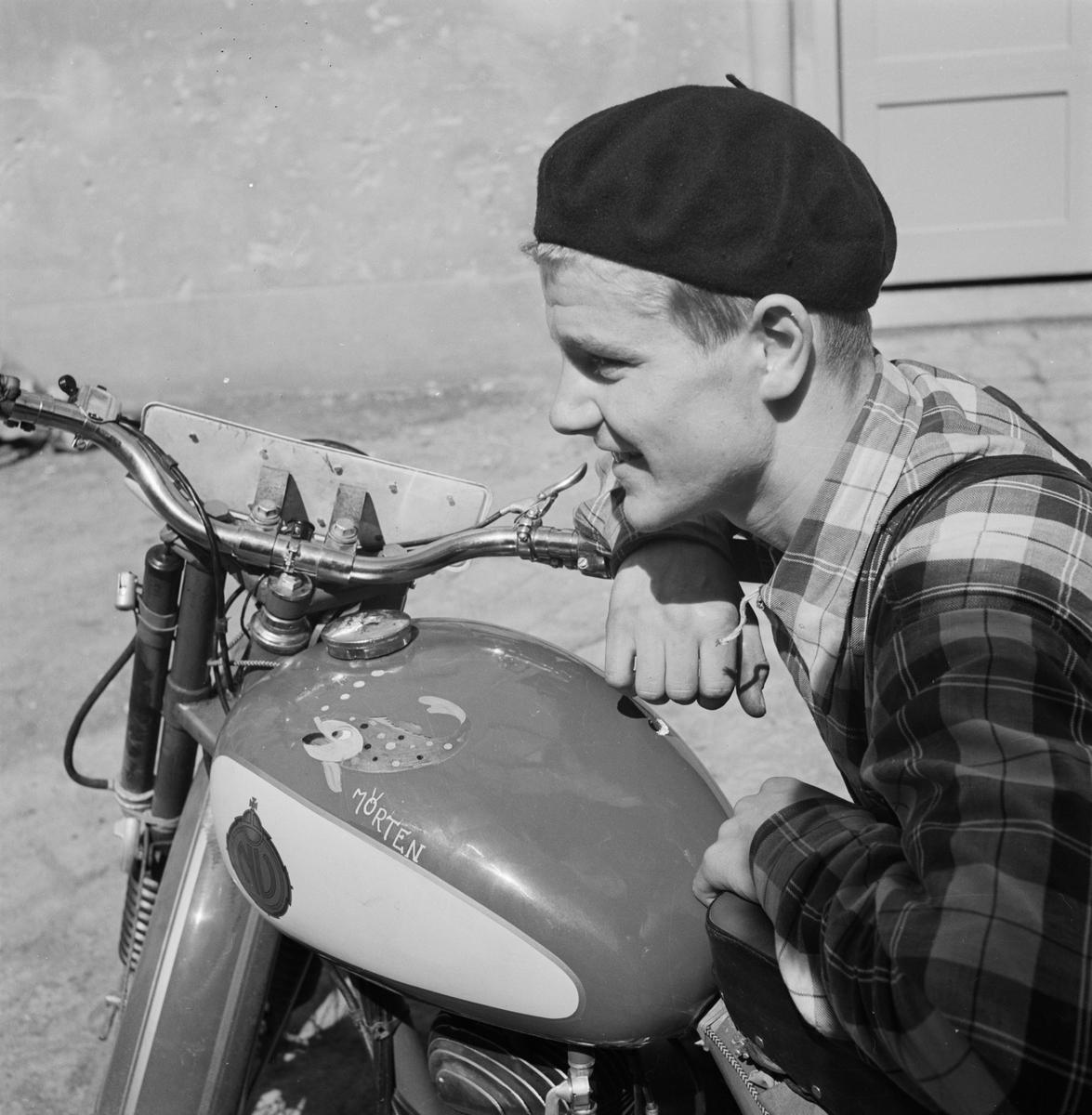 """Evert """"Mörten"""" Söderlund med motorcykel, Nymanbolagen, Uppsala, juni 1952"""
