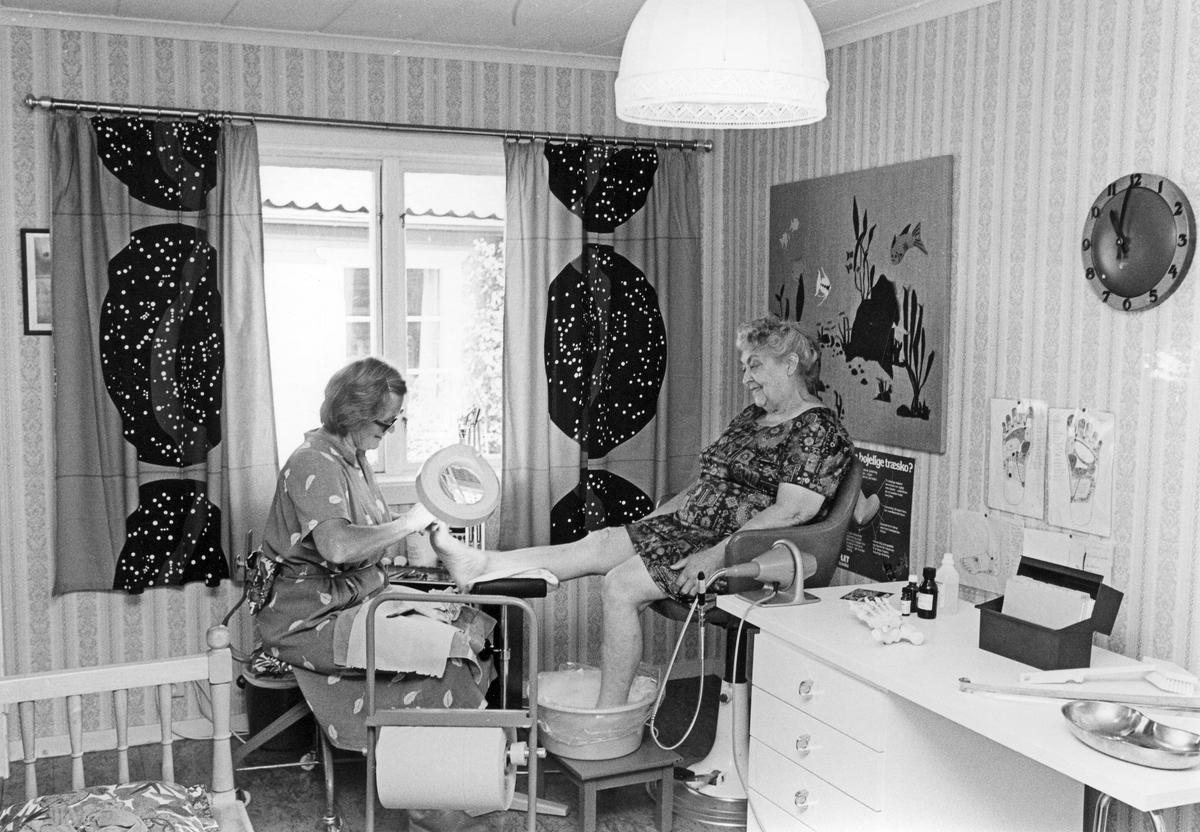 Karin Jansson får fotvård hos Inga-Britt Håglin i Gamla Gävle.