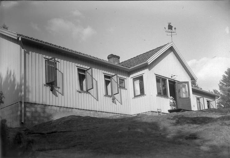 """Enligt Bengt Lundins noteringar: """"Strandön. Ungdomsgården med vikingaskepp"""" ."""