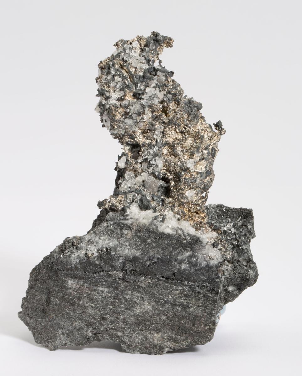 Massivt sølv med kvarts og acanthitt på bergart.