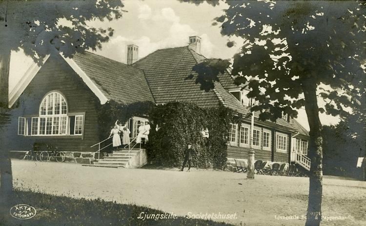 "Enligt Bengt Lundins noteringar: ""Societetshuset med personal. Ljungskile""."